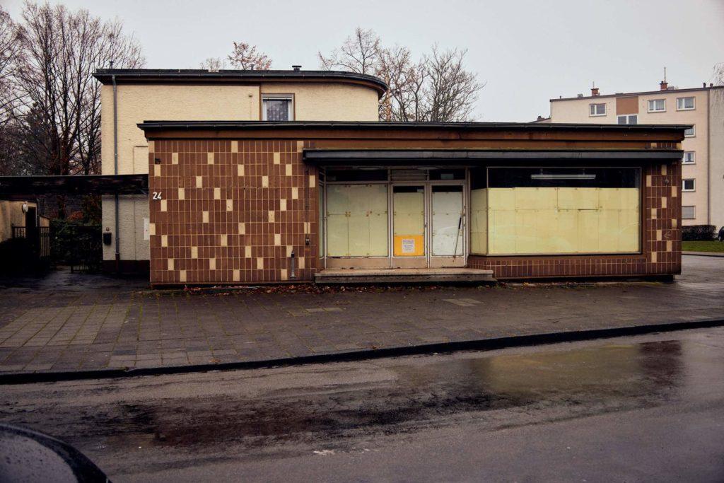 leerstehendes Geschäft im Wohngebiet (Foto: Niko Martin/ thegood.media)