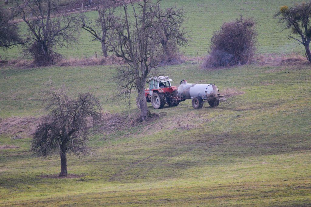 Gülleausbringung im Odenwald (Foto: Niko Martin/thegood.media)