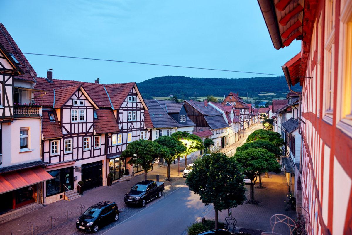 Blick über die Wanfrieder Marktstraße am Abend (Foto: Niko Martin / thegood.media)
